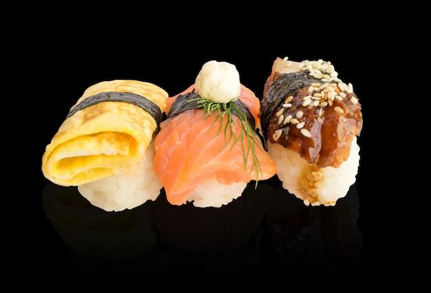 Различные суши набор изолированы. традиционные японские блюда с рыбой и зелеными водорослями