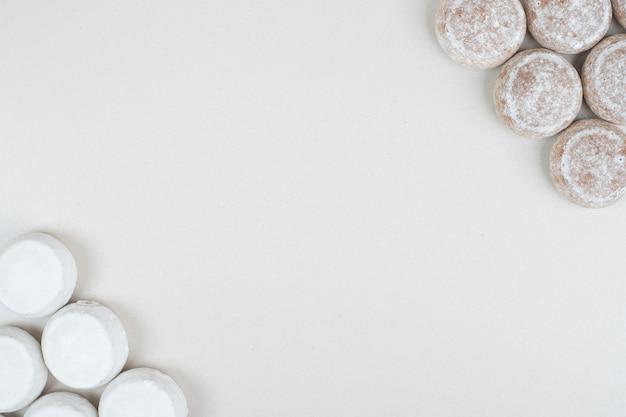 베이지 색 표면에 다양한 달콤한 쿠키