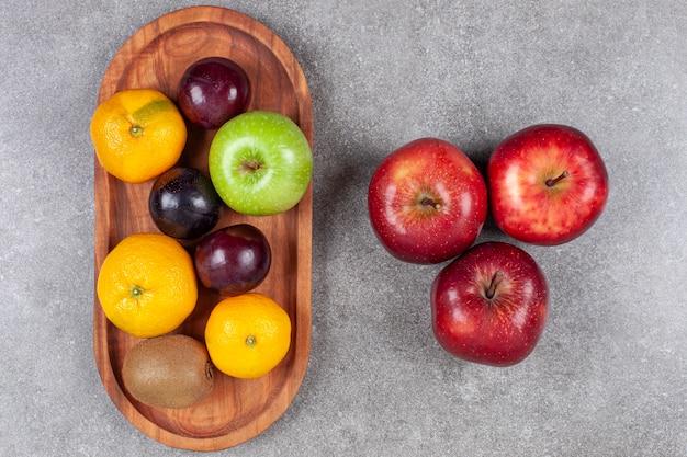 회색 표면에 다양한 달콤한 신선한 과일