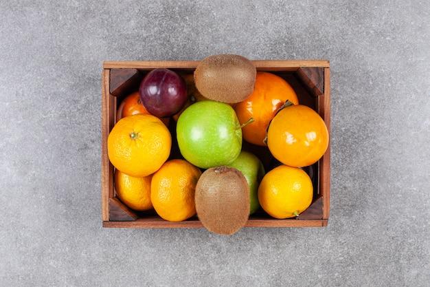 木製のバスケットにさまざまな甘い新鮮な果物