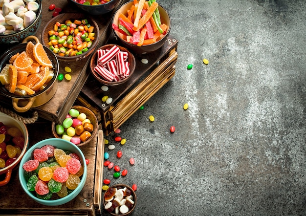 さまざまなお菓子、キャンディー、ゼリー、マシュマロ、砂糖漬けの果物。