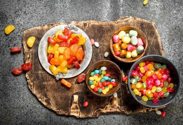 다양한 과자, 사탕, 젤리, 마시멜로 및 설탕에 절인 과일.