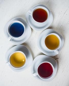 Varie tazze di tè sul tavolo
