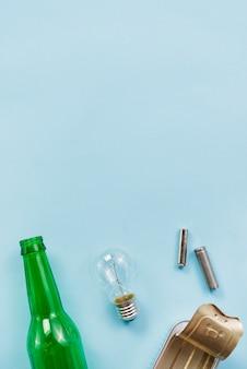 明るい青の背景にリサイクル可能なゴミの様々なヒント