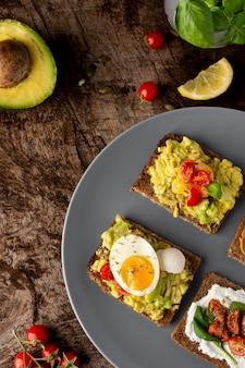 Vari toast con crema vegetariana sulla tavola di legno