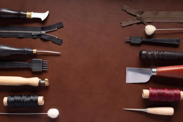 手作りの革製品を縫うための様々な道具