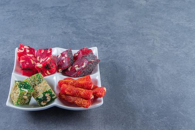 大理石の背景に、料理にさまざまなトルコ料理をお楽しみいただけます。
