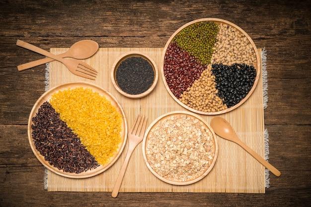 さまざまな種類の穀物、豆の種類、ウッドの背景にエンドウ豆。