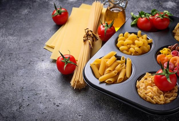 다양한 종류의 파스타와 체리 토마토