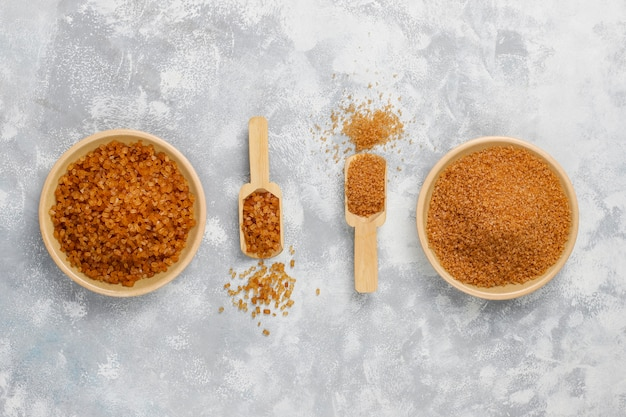 Vari tipi di zucchero bruno su calcestruzzo, vista dall'alto