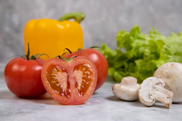 Vari tipi di verdure fresche sane poste sulla pietra