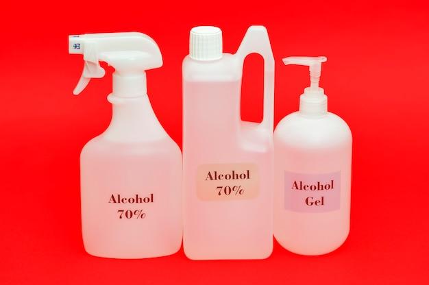 빨간색 배경에 격리된 다양한 종류의 알코올 병