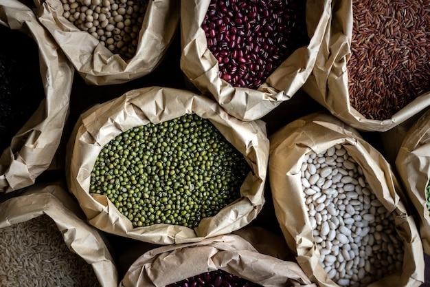 複数の袋に入ったさまざまな種類の豆