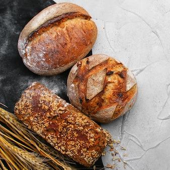 Различные виды хлеба на бетонном столе с копией пространства, вид сверху.