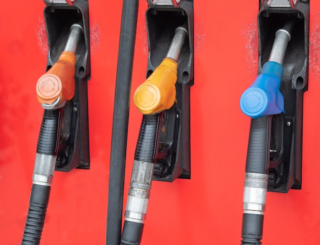 ガソリンスタンドに設置された各種カーフューエルディスペンサー。