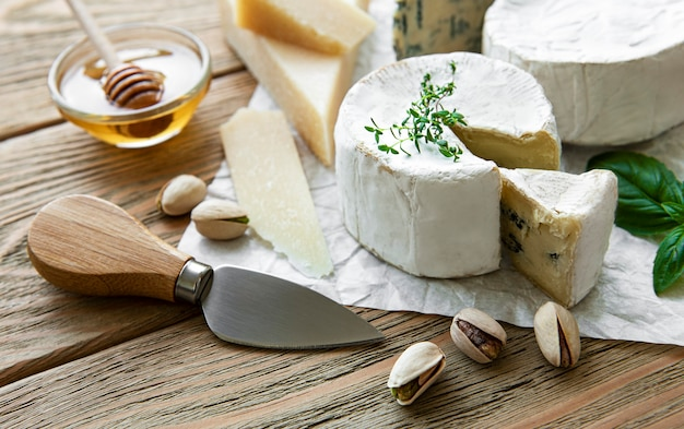 다양한 종류의 치즈, 블루 치즈, 브리, 카망베르 나무 테이블에