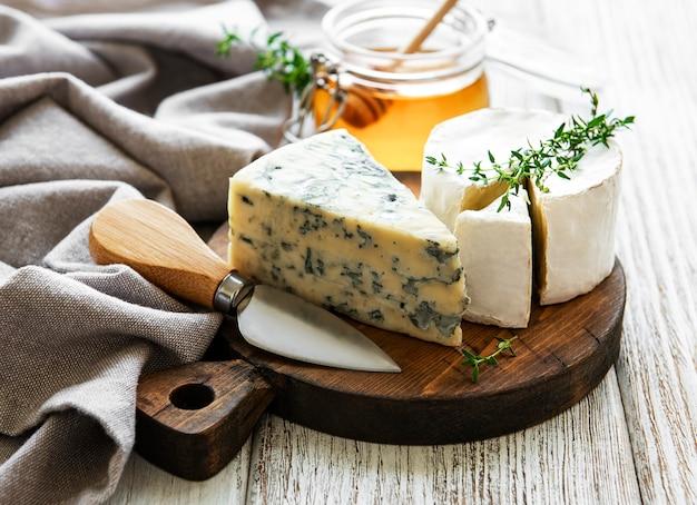 각종 치즈, 블루 치즈, 브리, 카망베르, 꿀