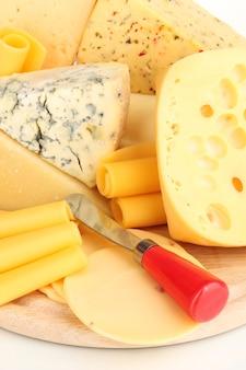 さまざまな種類のチーズがクローズアップ