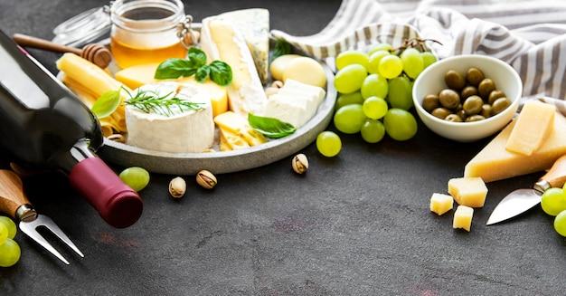 다양한 종류의 치즈, 포도, 와인 및 스낵