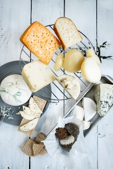 접시에 다양한 종류의 치즈