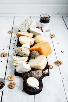 나무 보드에 다양한 종류의 치즈