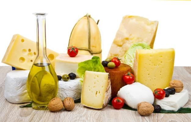 흰색 나무에 다양한 종류의 치즈