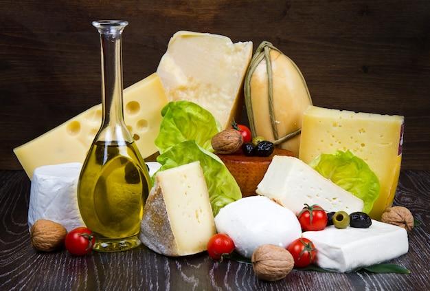 나무에 다양한 종류의 치즈