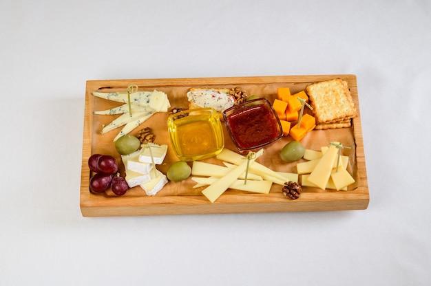 다양 한 종류의 나무 절단 보드, 평면도에 치즈.