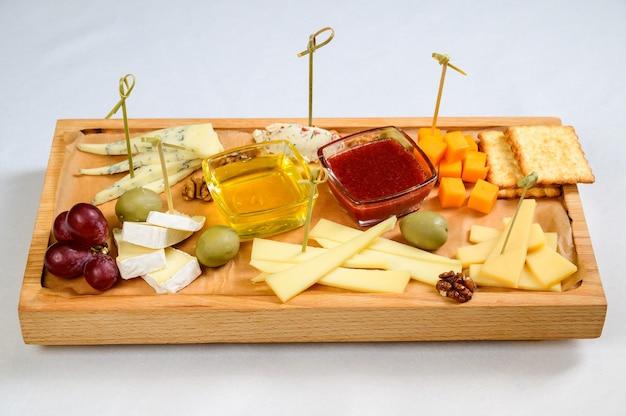 木製のまな板にさまざまな種類のチーズ、上面図。