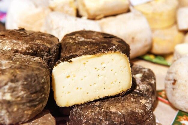 Различные виды сыра на деревянном столе