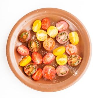 흰색으로 분리된 접시에 다양한 종류의 체리 토마토