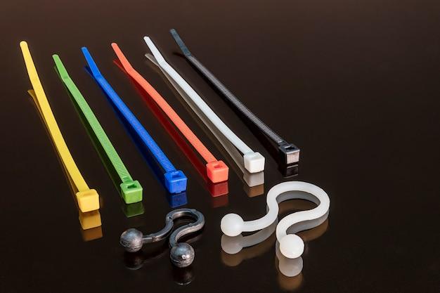 Различные типы зажимов для крепления электрических проводов. пластиковые и металлические стяжки. электрик. строительство. скопируйте пространство.
