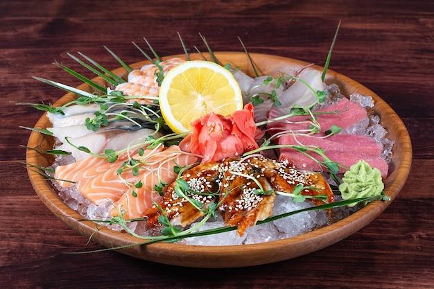얼음과 레몬을 곁들인 접시에 다양한 종류의 생선