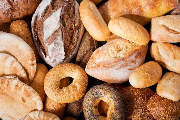 背景、上面図としてさまざまな種類の焼きたてのパン
