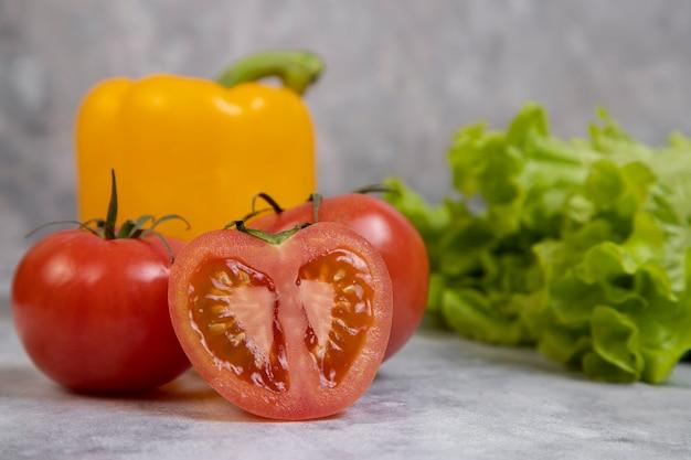 石の上に置かれた様々な種類の新鮮で健康的な野菜