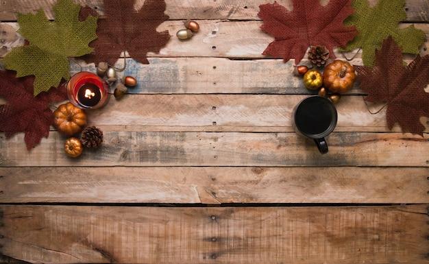 Разные виды фруктов и кофе расставлены на столе в честь дня благодарения