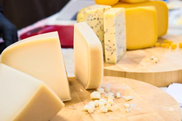 Различные виды козьего сыра на деревянном столе