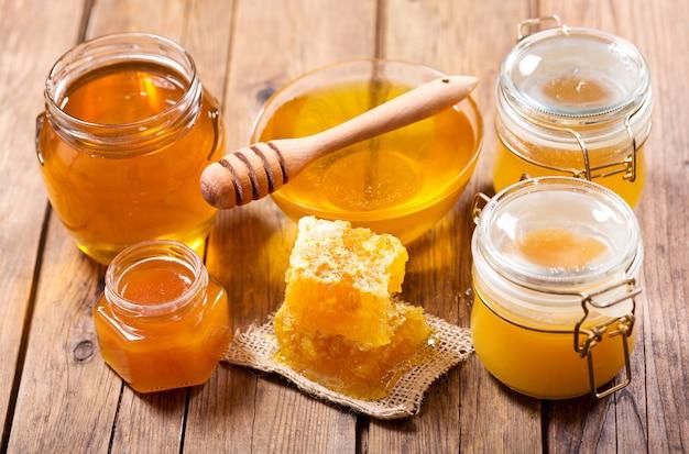 나무 테이블에 유리 항아리에 꿀의 다양한 종류