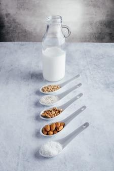 さまざまな種類の乳糖を含まない植物性ミルク