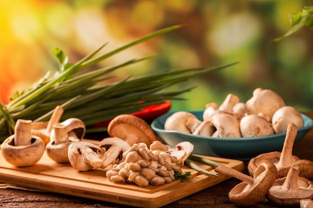 나무 테이블에 다양한 종류의 버섯.