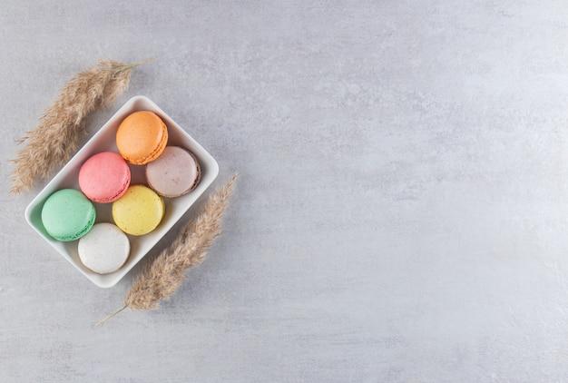 다양 한 유형의 돌 테이블에 흰색 그릇에 달콤한 아몬드 케이크.