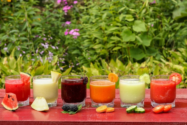 スイカ、キュウリ、トマト、メロン、にんじん、ブラックベリーで作られたさまざまな種類の野菜と果物のスムージー、水平方向
