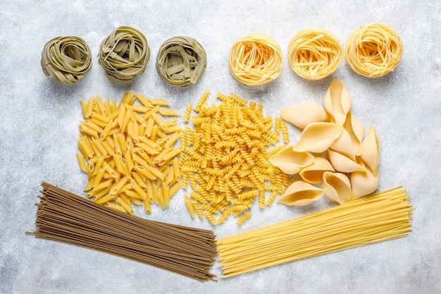 Vari tipi di pasta cruda.