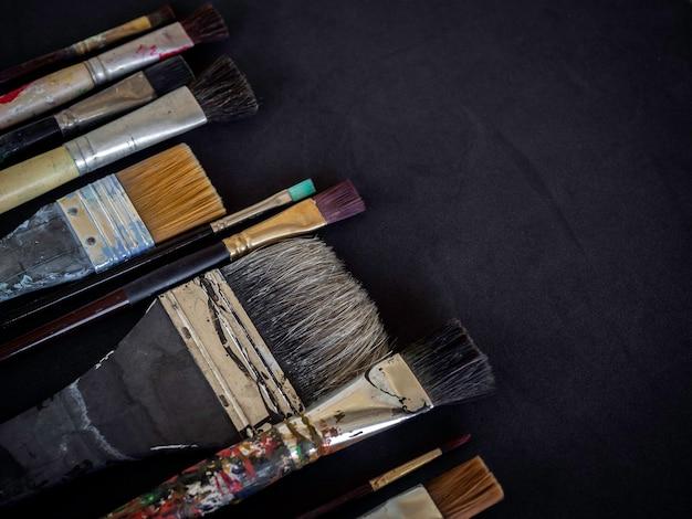 다양한 사용 아티스트 페인트 브러시 많은 크기가 어두운 표면에 고립