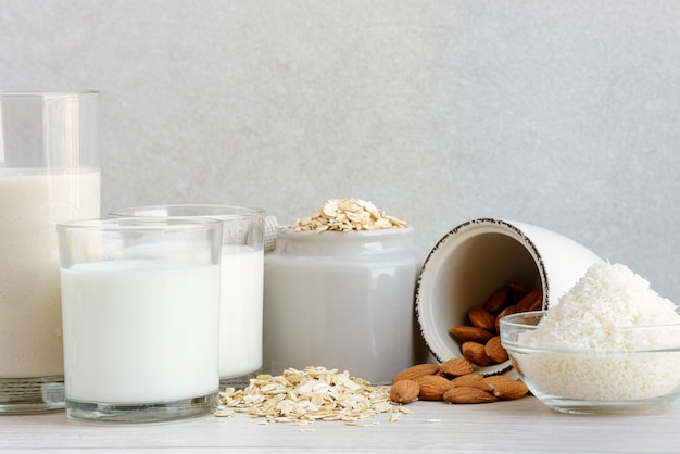 さまざまなビーガン植物ベースの牛乳