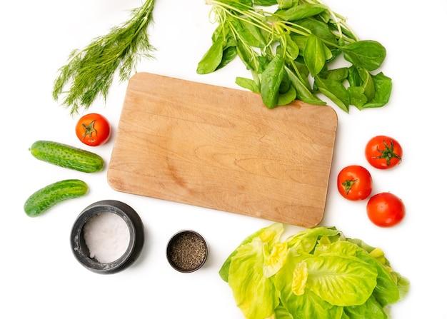 커팅 보드 옆에 부엌 테이블에 누워 다양한 야채.