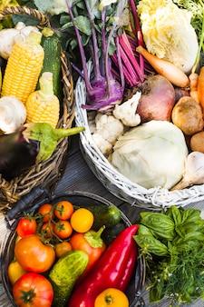 Различные овощи на деревянном столе - здоровый натюрморт