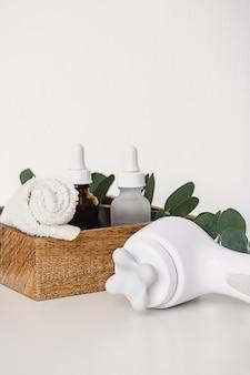 Различные оздоровительные и спа-процедуры на белом фоне. безотходная натуральная косметика на туалетном столике.