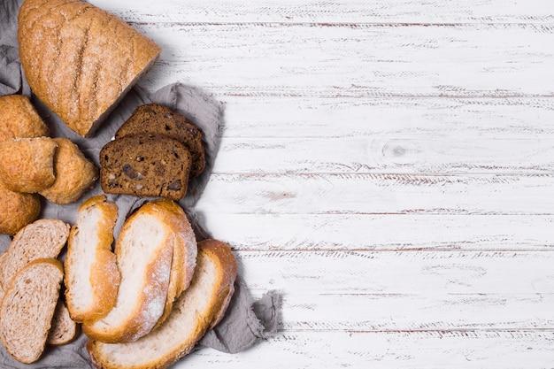 さまざまな白パンと全粒パンのコピースペース