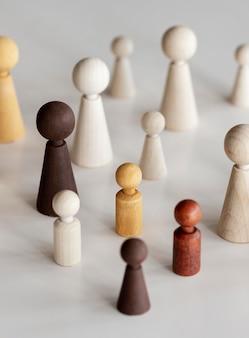 Vari personaggi in legno concetto di inclusione